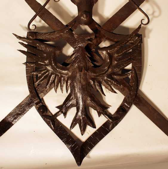 Iron coat of arms, Austrian iron wall emblem, forged iron with eagle and two removable swords in shield shaped frame, partly chased, one hanging ring on the reverse - photo 3