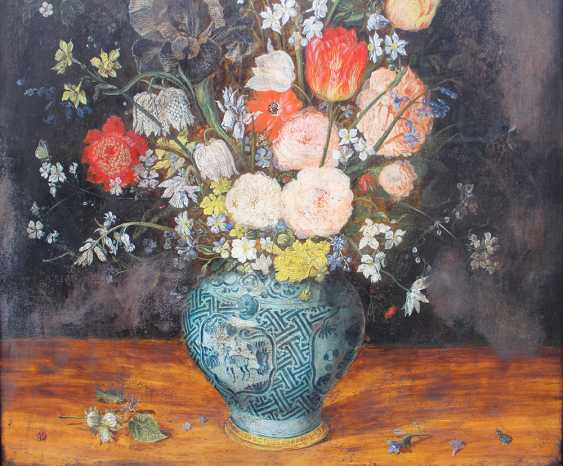Jan Brueghel the Younger (1601-1678)-school, Large flower still life with insects in a Chinese Wan Li vase on a plinth, in front of black background - photo 2