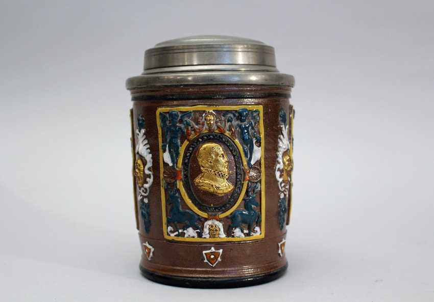 German ceramic pot in Renaissance manner, with three fields with gilded male portraits in oval form surrounded by angels and decoratrions - photo 1
