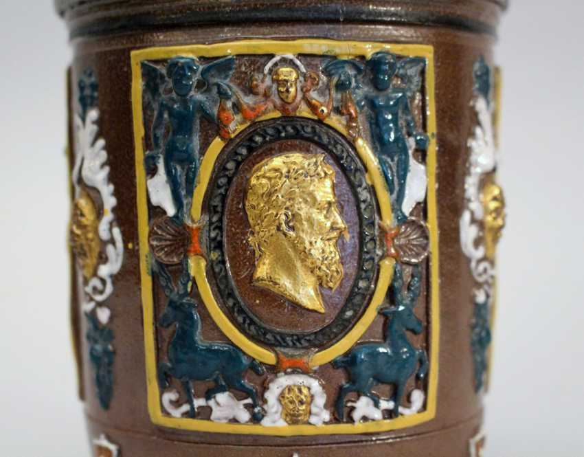 German ceramic pot in Renaissance manner, with three fields with gilded male portraits in oval form surrounded by angels and decoratrions - photo 2