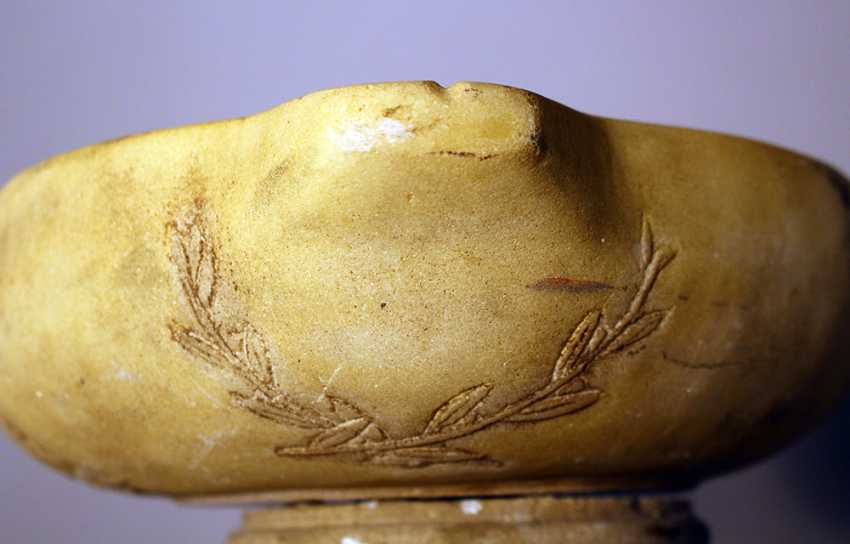 Small marble basin in Roman ancient style with sculpted Minerva heads and leaves - photo 3
