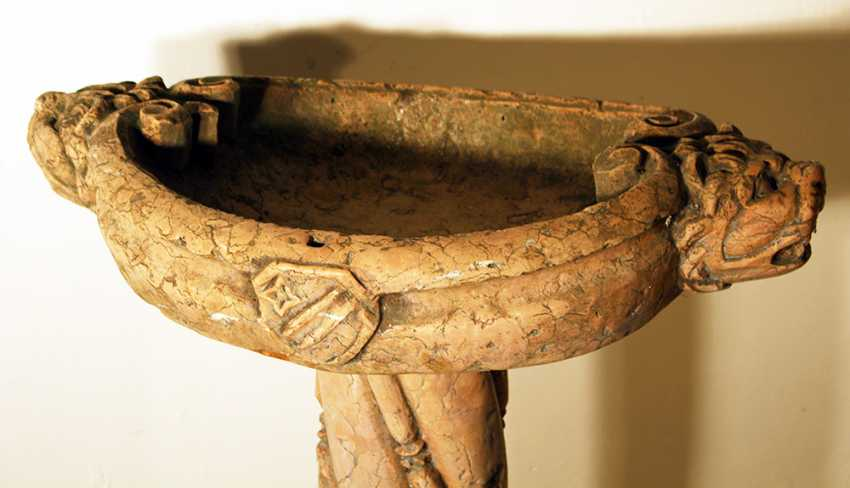 A rosso verona pidgeon or central standing fountain on triangle shaped base with central turned and fluted column and oval basin, on the sides with lion heads, volutes and a coat of arms - photo 3