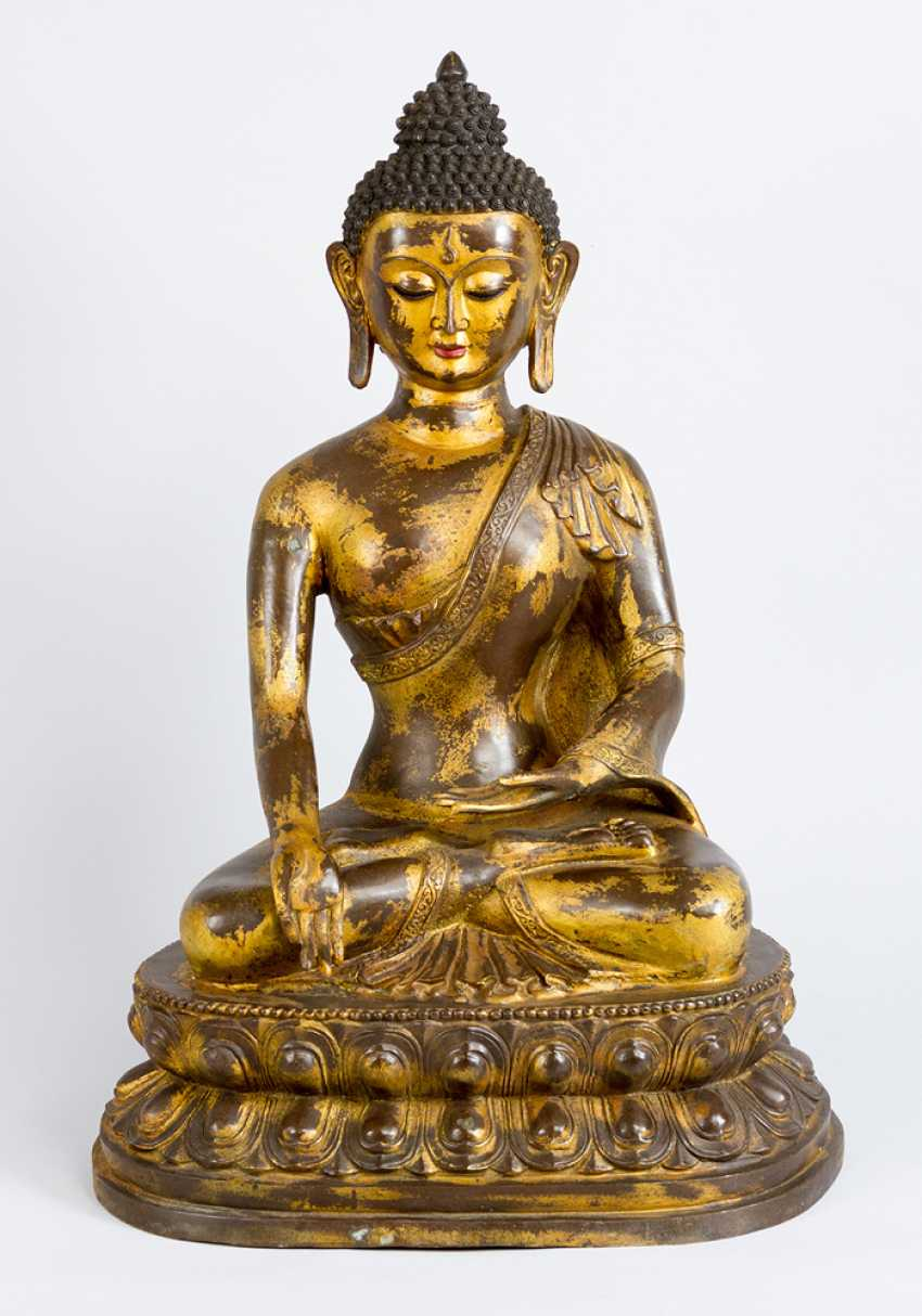 Large Chinese bronze Buddha on lotus base with the gestus of the earth touch, the other hand with the sign of granting - photo 1