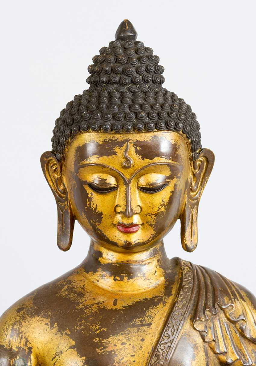 Large Chinese bronze Buddha on lotus base with the gestus of the earth touch, the other hand with the sign of granting - photo 3