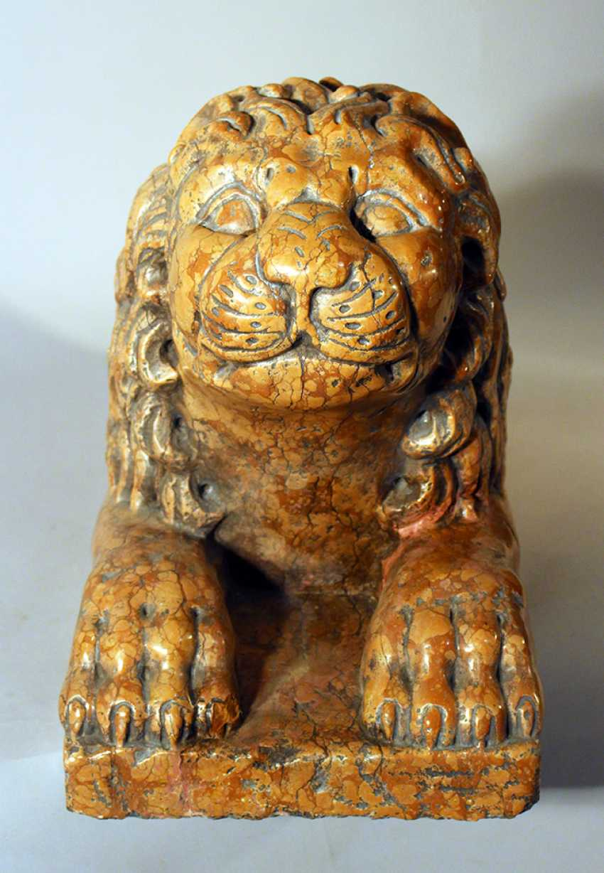 Italian rosso verona stone lion in sitting position, sculpted in naturalistic shape with some drill holes and claws in the front - photo 3
