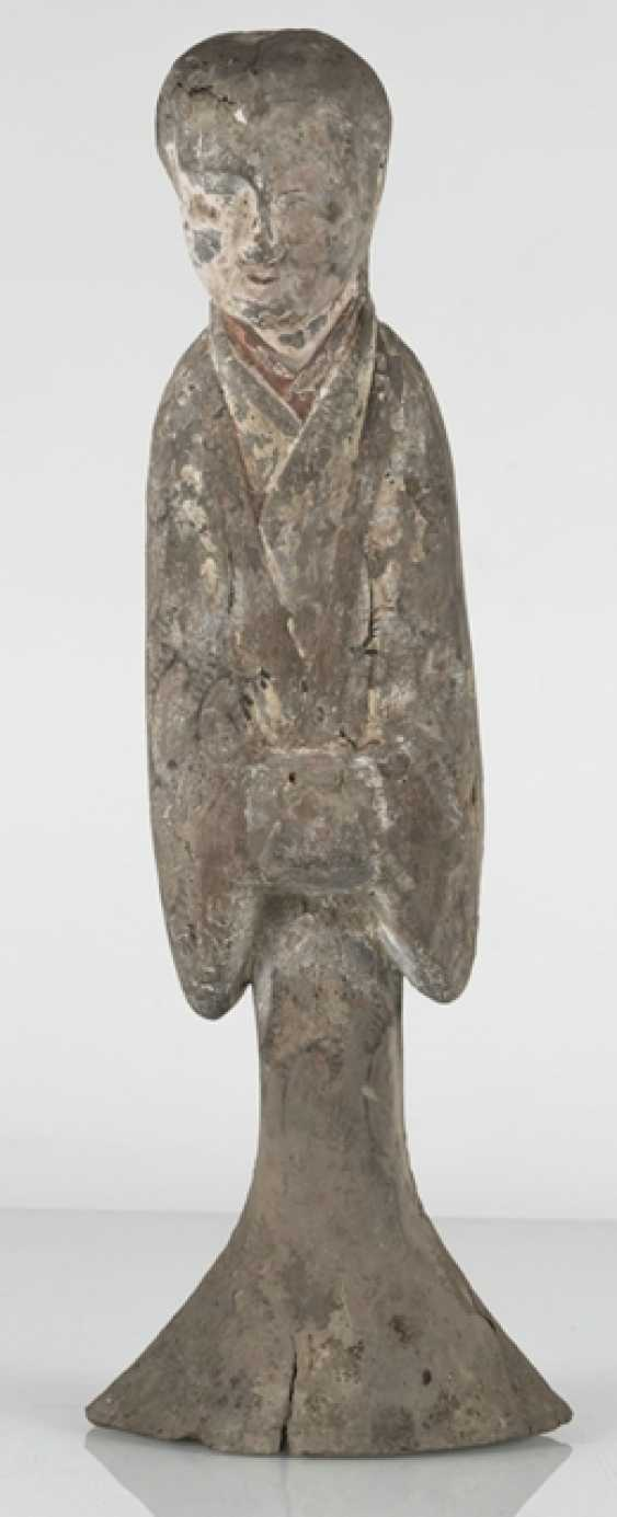 Figure of a standing lady-in-waiting from gray Earthenware with traces of paint - photo 2