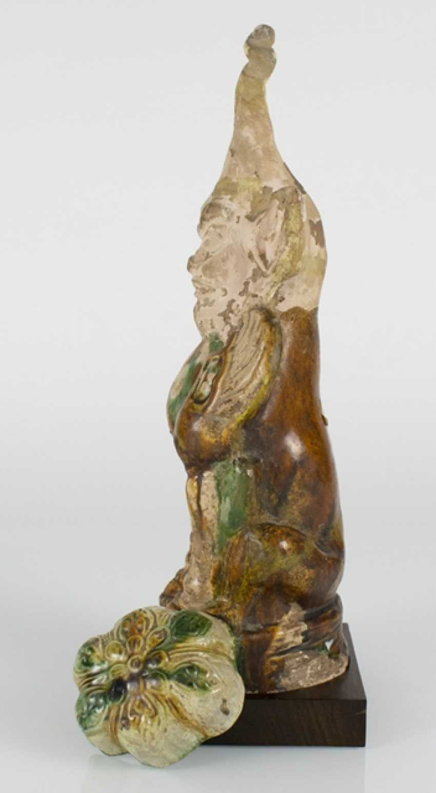 Guardian figure and the flower-shaped bowl with Sancai glaze - photo 2