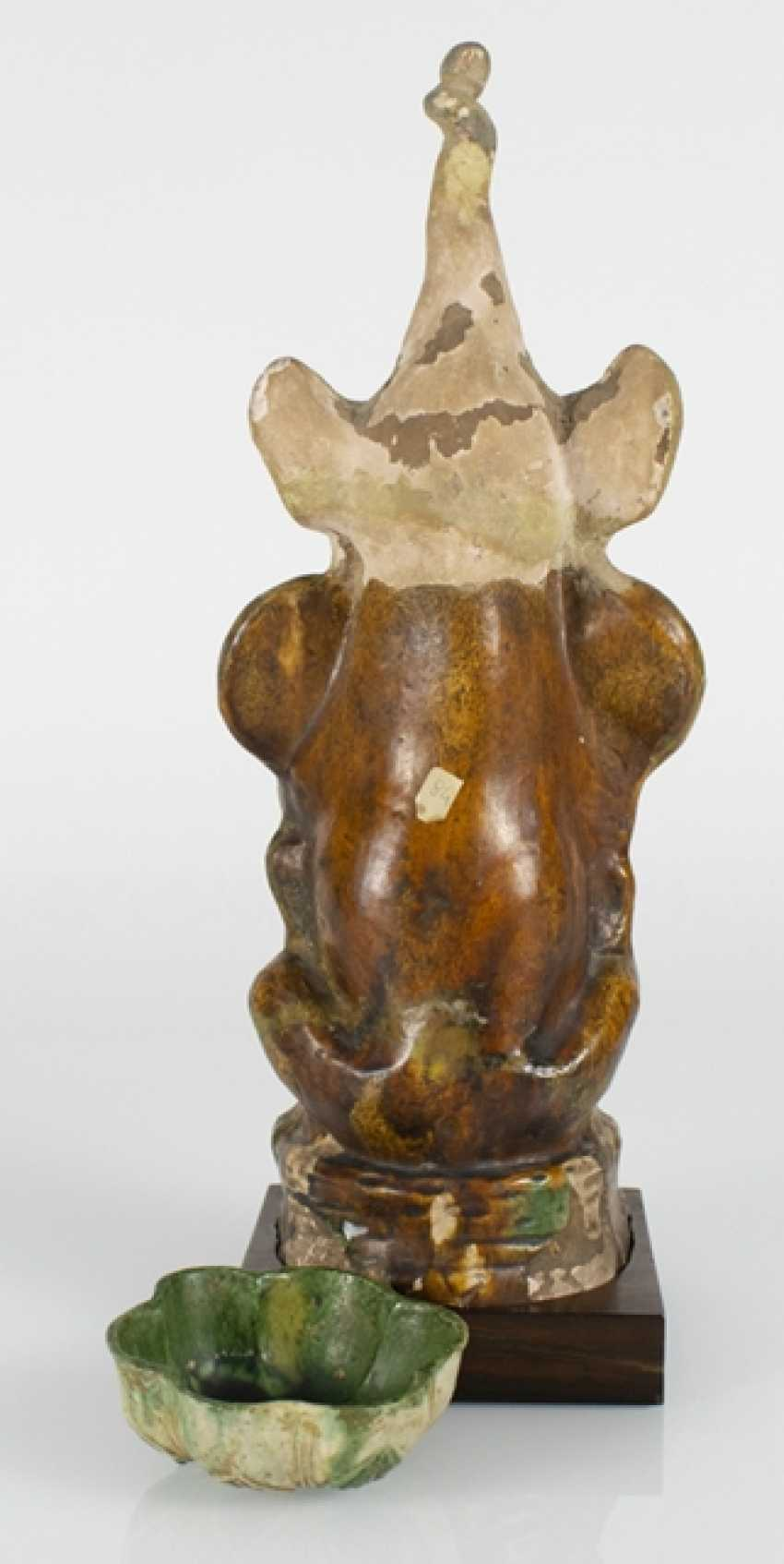 Guardian figure and the flower-shaped bowl with Sancai glaze - photo 3