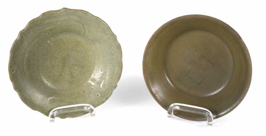 Two small celadon bowls, one in the form of flowers - photo 1