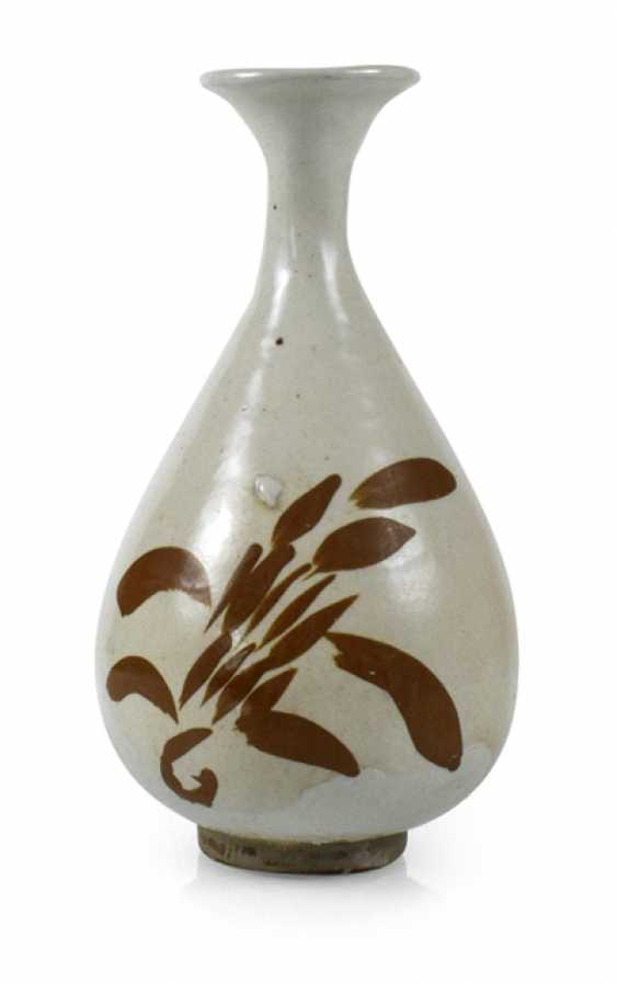 A fine Cizhou-Vase of stoneware with a persimmon-colored decor of floral motifs - photo 1