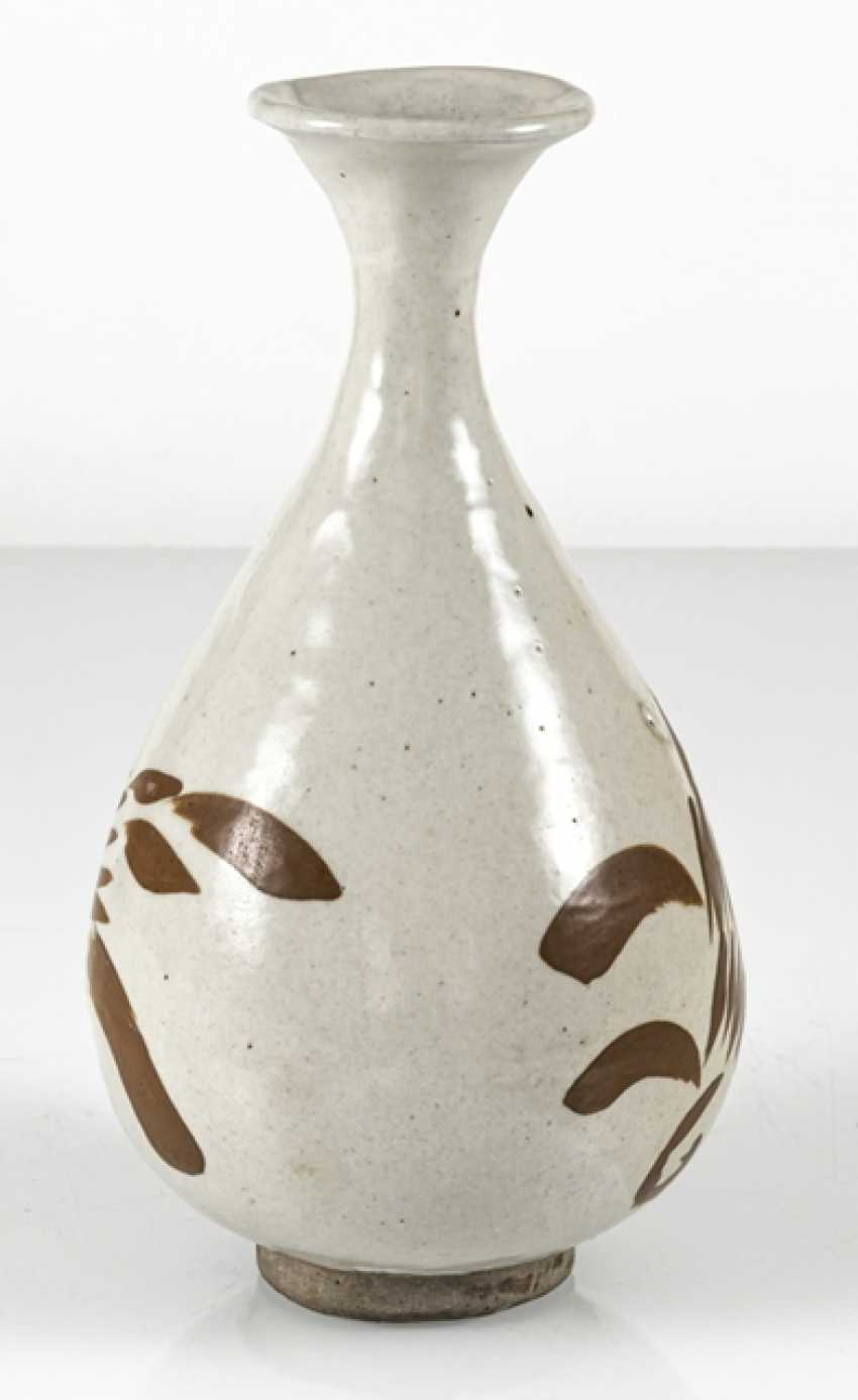 A fine Cizhou-Vase of stoneware with a persimmon-colored decor of floral motifs - photo 2