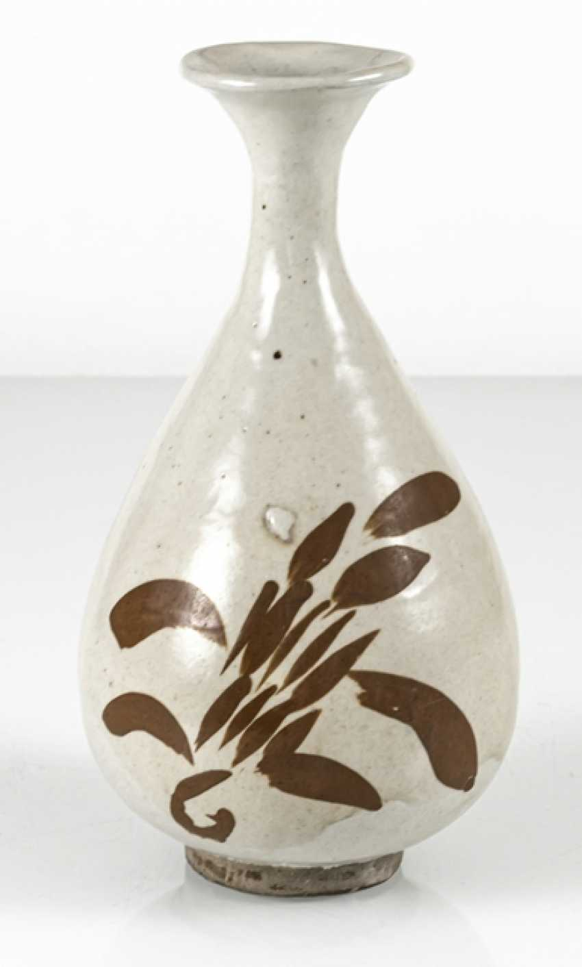 A fine Cizhou-Vase of stoneware with a persimmon-colored decor of floral motifs - photo 3