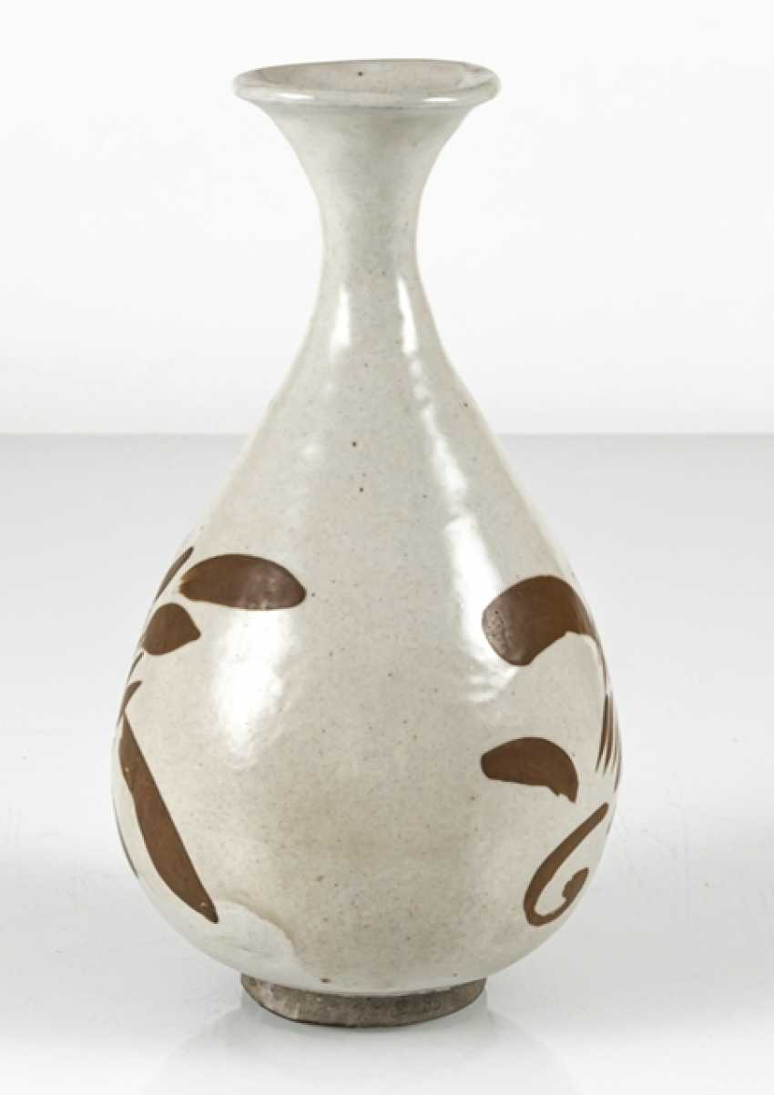A fine Cizhou-Vase of stoneware with a persimmon-colored decor of floral motifs - photo 4
