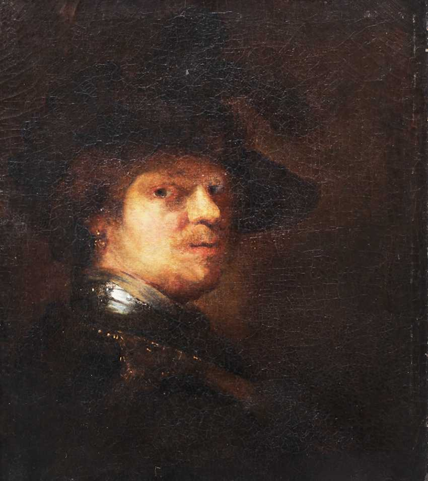 Rembrandt Harmenszoon van Rijn (1606-1669)-school, Portrait of a man with feather hat and looking to the side - photo 1