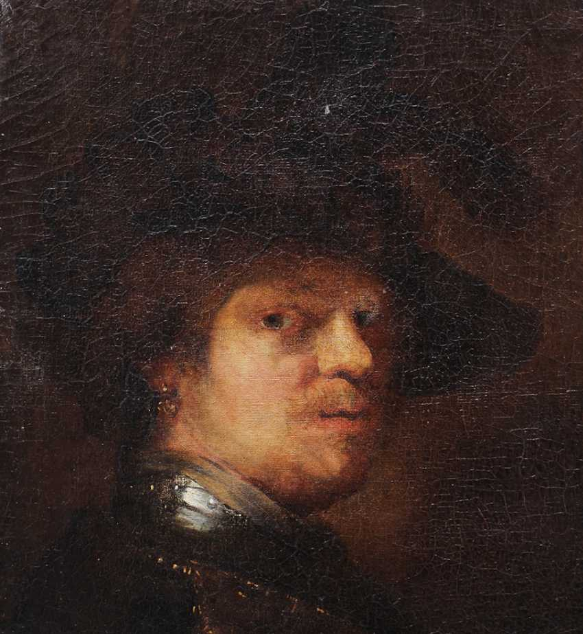 Rembrandt Harmenszoon van Rijn (1606-1669)-school, Portrait of a man with feather hat and looking to the side - photo 2