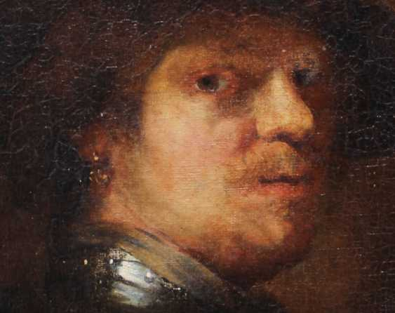 Rembrandt Harmenszoon van Rijn (1606-1669)-school, Portrait of a man with feather hat and looking to the side - photo 3