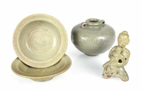 Two small bowls, a Ösentopf and a figure with celadon glaze - photo 1