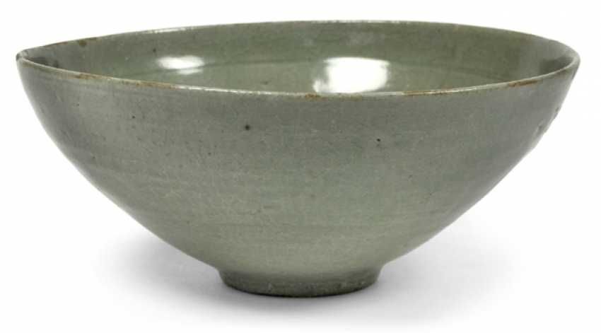 Round bowl with celadon glaze and gepressetem, floral decor - photo 1