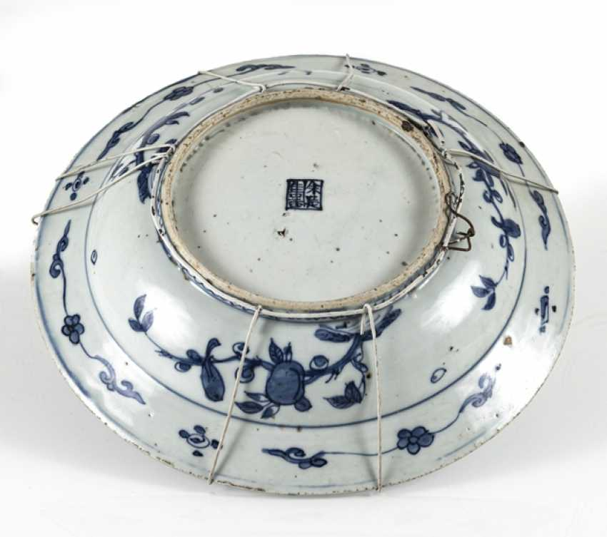 Underglaze blue plate with decorated with the 'Eight Buddhist emblems' - photo 2