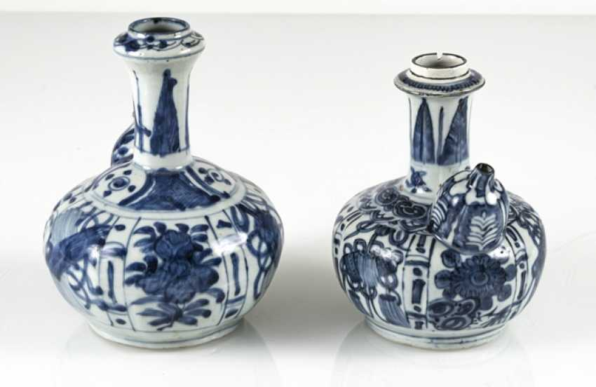 Two Kraak-Kendi with underglaze blue decor of flowers and symbols - photo 2