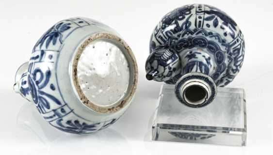 Two Kraak-Kendi with underglaze blue decor of flowers and symbols - photo 3