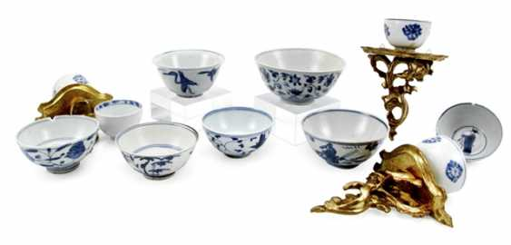 Eleven, in part, on wooden base mounted, porcelain bowls, with blue-and-white decor - photo 1