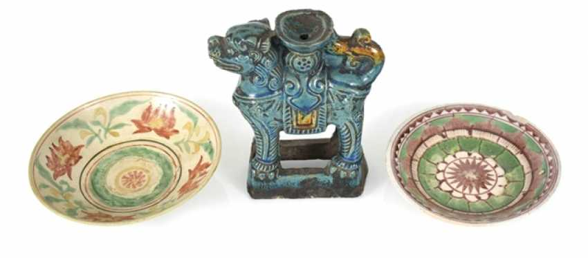 Two Swatow-shells and a turquoise-glazed candle holder in lion shape - photo 1