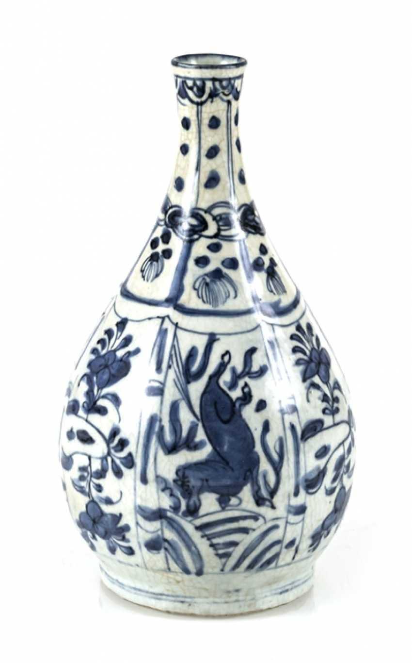 Under glaze blue decorated Kraak bottle vase with horses and flowers - photo 1