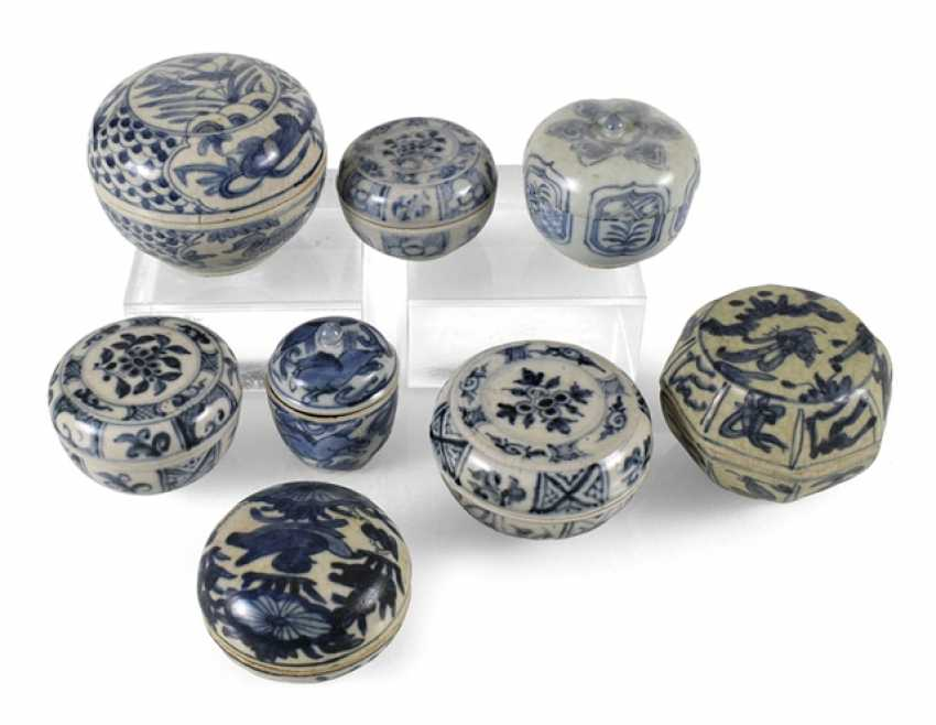 Eight lid cans made of porcelain with a blue-and-white decor - photo 1