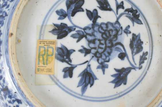 Two porcelain plates with blue-and-white decor - photo 3
