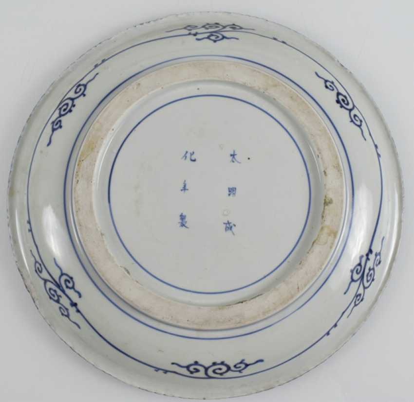 Porcelain plate with blue-and-white figure decor, and an Imari dish - photo 2