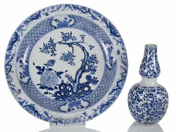 Small double-gourd Vase and round plate with blue-and-white decor - photo 1