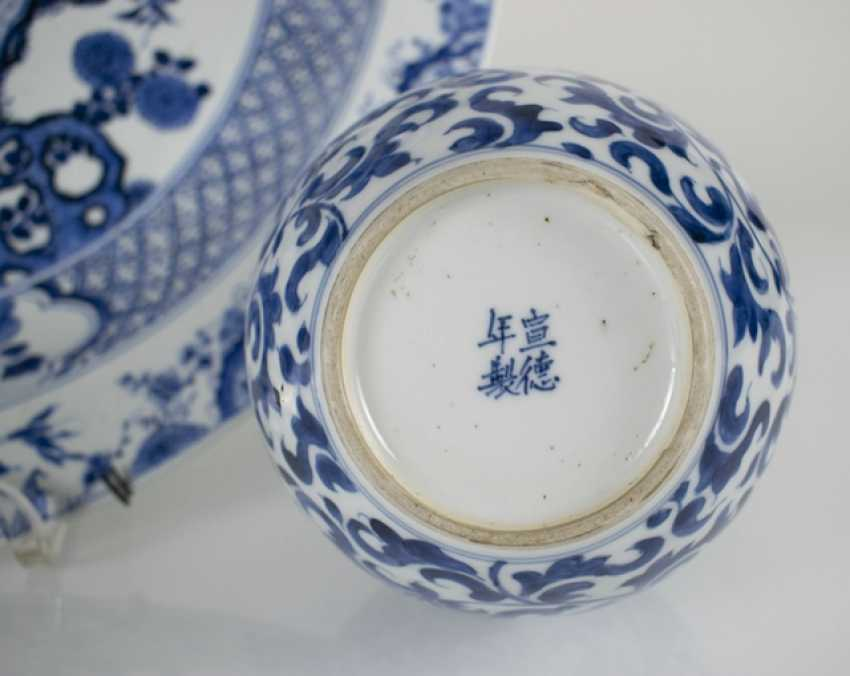 Small double-gourd Vase and round plate with blue-and-white decor - photo 2