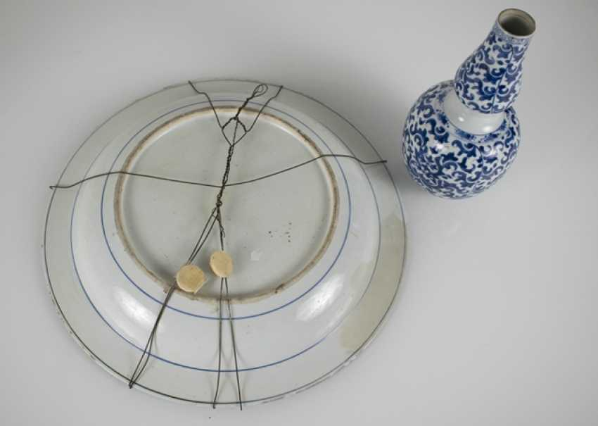 Small double-gourd Vase and round plate with blue-and-white decor - photo 3