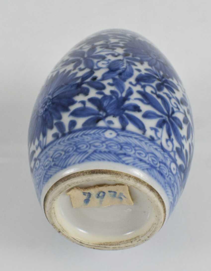 Vase in barrel form with underglaze blue Lotus decor - photo 2