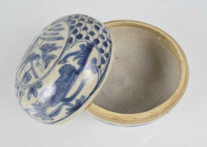 Five porcelain shoulder pots with blue-white decor, one mounted on wooden base - photo 2