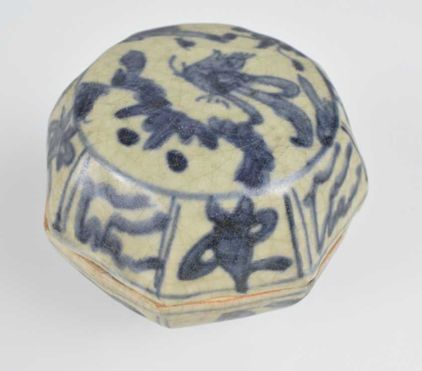 Five porcelain shoulder pots with blue-white decor, one mounted on wooden base - photo 3