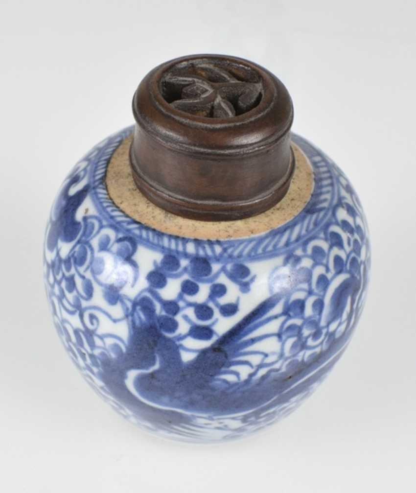 Five porcelain shoulder pots with blue-white decor, one mounted on wooden base - photo 4