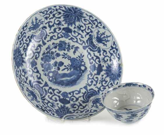 Under glaze blue bowl and Kumme made of porcelain with flower decor - photo 1