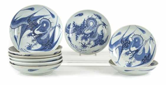 Nine blue-and-white porcelain plate with dragon decor - photo 1