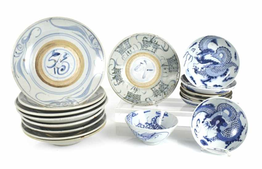 Seventeen porcelain plate with blue-and-white decor - photo 1