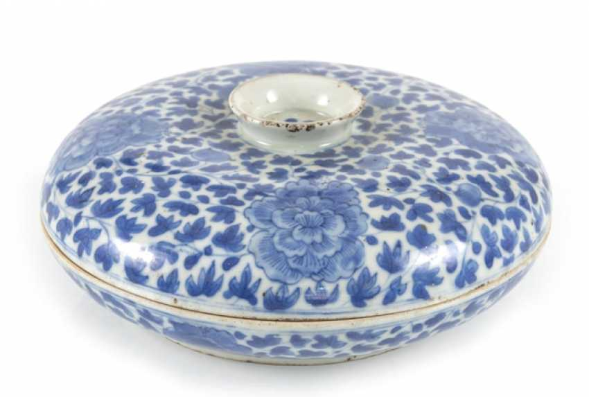 Porcelain lidded box with blue-and-white Lotus decor - photo 1