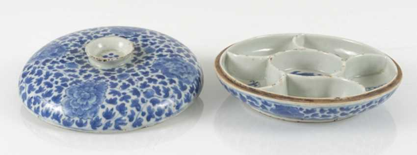 Porcelain lidded box with blue-and-white Lotus decor - photo 2