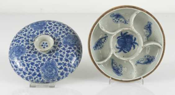 Porcelain lidded box with blue-and-white Lotus decor - photo 3