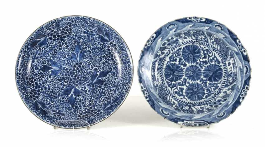 Two blue-and-white decorated round plates made of porcelain - photo 1