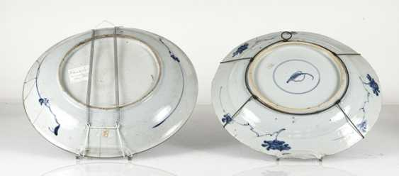 Two blue-and-white decorated round plates made of porcelain - photo 2