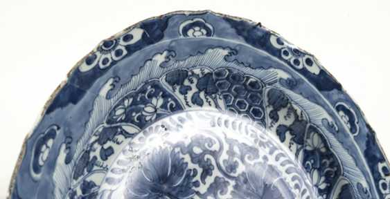Two blue-and-white decorated round plates made of porcelain - photo 3