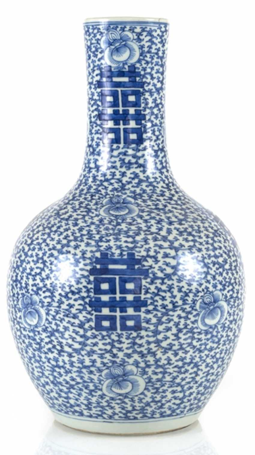 Underglaze blue porcelain vase with 'shuangxi'decor - photo 1