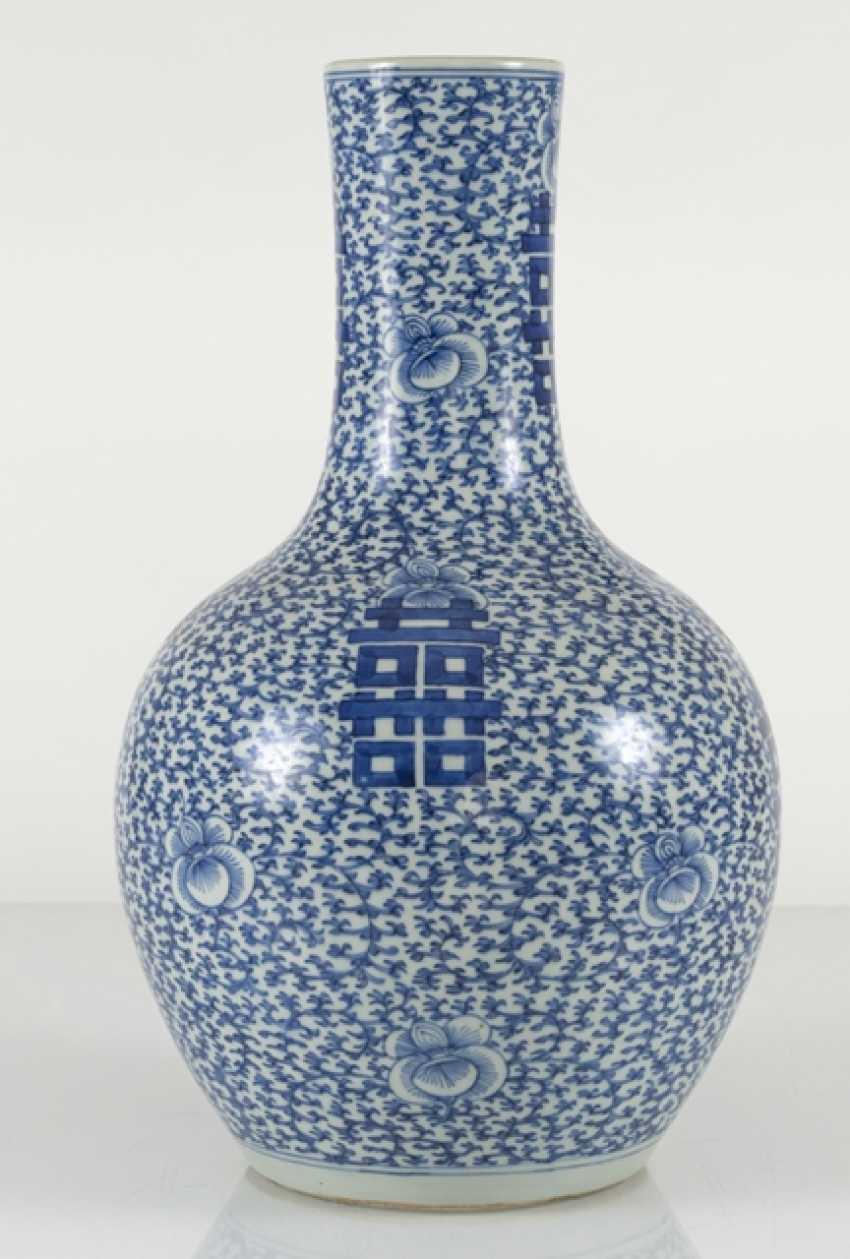 Underglaze blue porcelain vase with 'shuangxi'decor - photo 3
