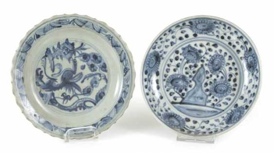 Two small porcelain plate with a blue-and-white décor, a Blütemform - photo 1
